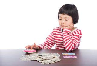 お金を数えている少女